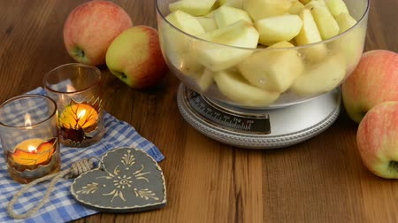 turta : Apple pie baking. Weigh the apple on scales.