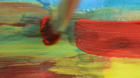 malarstwo : Painting with a paintbrush with red and green color on paper Wideo