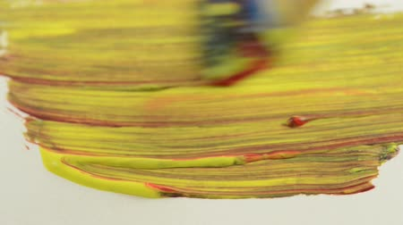 kartáč : Painting with paint brush a yellow and red full frame painting on paper