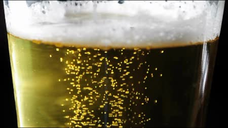 almanca : bubbling German wheat beer  Stok Video