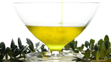 olivový olej : unfiltered olive oil running into a bowl