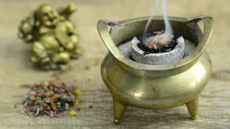 coisas : smoking pot with fuming incense stuff