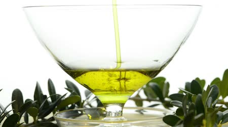 olivový olej : Olive oil running into a bowl