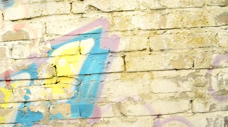 grafiti : Graffiti on a city wall with camera tracking Wideo