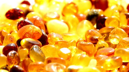 yarı saydam : Amber, small stones and bracelet on turn table Stok Video