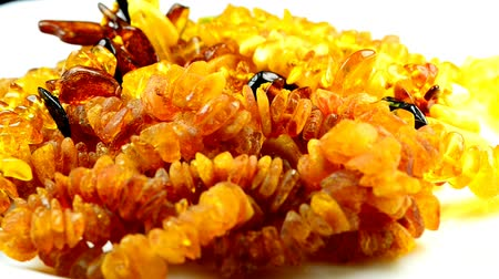 fosilní : Amber necklace on turn table
