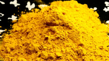curcuma : turmeric powder on a turn table