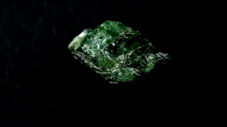 pedra preciosa : Raw emerald on a turn table