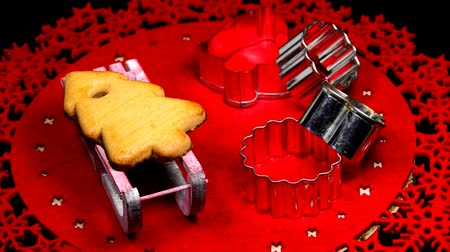 homeopático : Christmas cake on sledge with cut out forms on a turn table Stock Footage