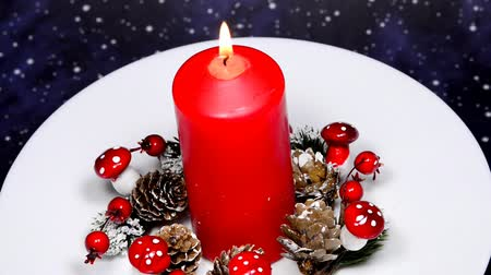 adwent : Christmas decoration with advent wreath and burning candle on turn table Wideo