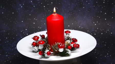 homeopático : Christmas decoration with advent wreath and burning candle on turn table Stock Footage