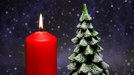 luz de velas : Christmas decoration with snowy tree on burning table on turn table