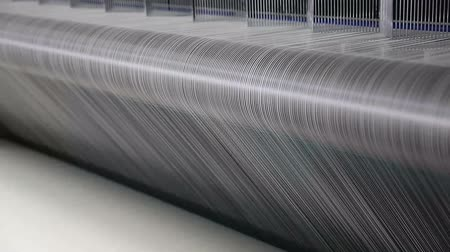 bavlna : Close up of threads moving through a weaving machine