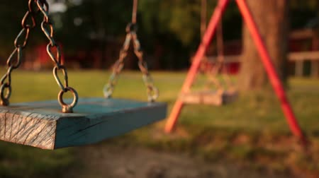 üres : Empty swing at the playground
