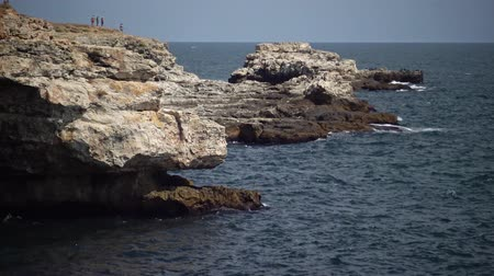 északnyugati : Rocky coast on the Black Sea, sea cave, Bulgaria, Tyulenovo