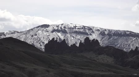 montana : Snow-covered mountains in Montana, not foreground sharp peaks of red rocks, USA. Stock Footage