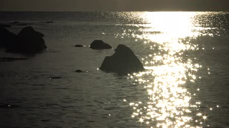 északnyugati : Rocky coast on the Black Sea, the reflection of the sun in the water, Bulgaria, Tyulenovo Stock mozgókép