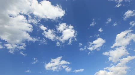 felhők : Time lapse clip of white clouds over blue sky Stock mozgókép