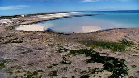 dağ geçidi : Yorke Peninsula Aerial video footage and low fly pass of rugged rocky coastlines, cliff tops and high seaside coastal mountain ranges. Good motion 3D tracking scenes. Betacam 16:9 wide screen converted.