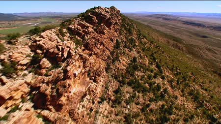 горный хребет : Aerial footage of rugged out back Australian mountain ranges ridge top, creeks, peaks, desert and Mallee areas. Flinders Ranges Area, featuring Wilpena Pound, Arkaroola, St Marys Peak