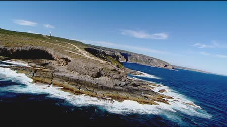 dağ geçidi : Kangaroo Island aerial video footage and low fly pass of remarkable rocks, rocky coastlines, cliff tops and high seaside coastal mountain ranges. Good motion 3D tracking scenes. Betacam 16:9 wide screen converted.