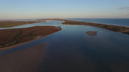 vizes élőhelyek : Fly down the Coorong featuring Aerial footage and elevated view of river murray and sand hills. Famous place for coorong sandhills, sand dunes, wetlands, fishing and and boating in South Australia