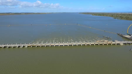 mês : Aerial view of Goolwa Barrage between River Murray and Coorong and Murray Mouth