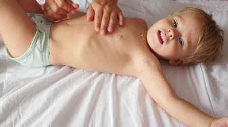 akupresura : the child is doing belly massage Wideo