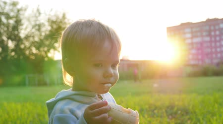конусы : the beautiful child eats the ice cream Стоковые видеозаписи
