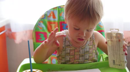 çizmek : little child draws paints on a sheet of paper Stok Video