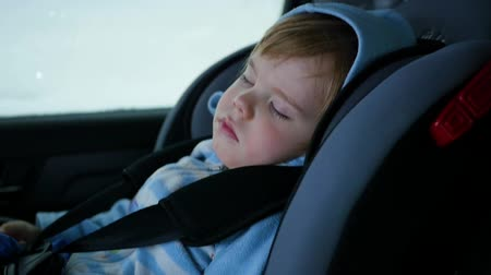 ülés : the baby is sleeping in the car in the way