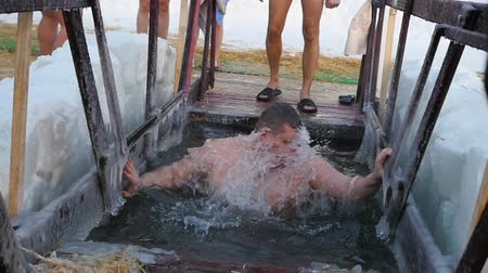 habitação : NOVOSIBIRSK, RUSSIA - January 19, 2017:Jesus Christs baptism holiday in Novosibirsk, Russia. Traditional winter bathing in icy water.