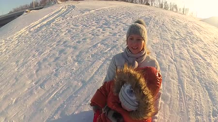 csőrendszer : happy family rides and smiling snowtube on snowy roads.slow motion. snow winter landscape. outdoors sports