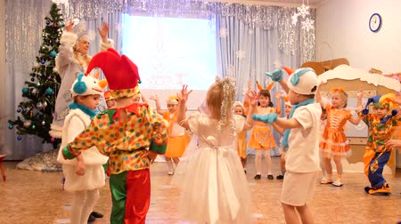 peruca : NOVOSIBIRSK,RUSSIA - January 1,2018: Childrens carnival. Young children are dressed in carnival costumes. They dance and sing
