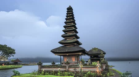 religioso : hyper lapse Ulun Danu Beratan Temple and Beratan Lake, Bali, Indonesi Stock Footage