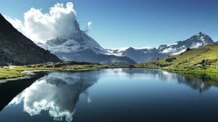 rochoso : Reflection of Matterhorn in lake Riffelsee, Zermatt, Switzerland Vídeos
