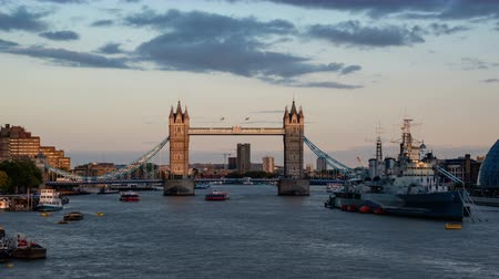 theems : time-lapse van Tower Bridge bij zonsondergang, London, UK