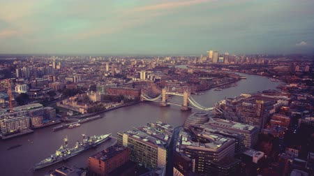 theems : time-lapse Skyline van Londen met Tower bridge, Verenigd Koninkrijk Stockvideo
