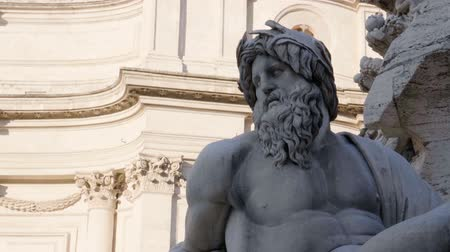 barok : Statue of Zeus in Berninis Fountain of Four Rivers in Piazza Navona, Rome Stok Video