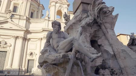 オベリスク : Statue of Zeus in Berninis fountain of Four Rivers in Piazza Navona, Rome