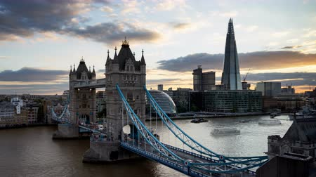 theems : time-lapse Skyline van Londen met verlichte Tower bridge in zonsondergang tijd, UK Stockvideo