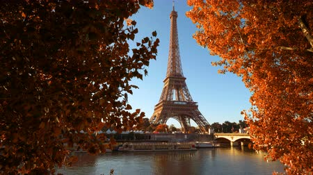 rzeka : Seine in Paris with Eiffel tower in autumn time