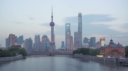 time lapse of sunset, Shanghai skyline and Waibaidu bridge, China Vídeos