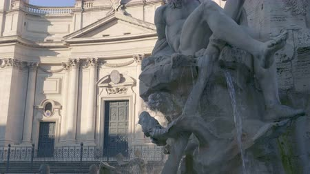 obeliszk : Statue of Zeus in Berninis fountain of Four Rivers in Piazza Navona, Rome
