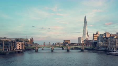 fővárosok : hyper lapse of sunset, London skyline from Millennium bridge, UK Stock mozgókép
