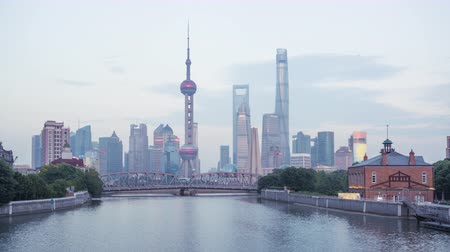 лодки : time lapse of sunset, Shanghai skyline and Waibaidu bridge, China Стоковые видеозаписи