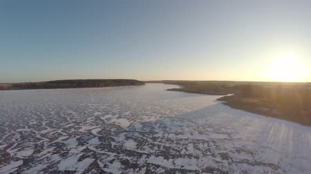 congelado : 4K aerial view on the panorama of the beautiful frozen lake. beautiful winter landscape Vídeos