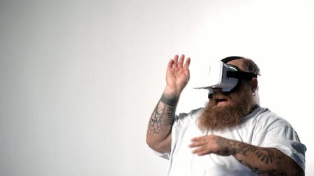 Fearful thick guy watching vr device Stok Video