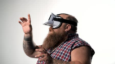 Fat bearded guy watching virtual reality device Stok Video