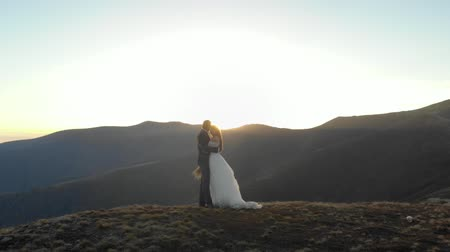 słoneczko : Happy bride and groom in the background of mountains Wideo
